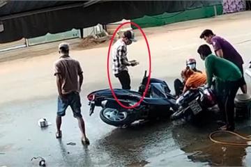 Thanh niên đi xe máy mải xem điện thoại, tông thẳng vào 2 phụ nữ đang rửa xe