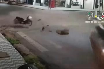 Khoảnh khắc thanh niên phóng xe máy như bay đâm ngang ô tô khiến người xem 'lạnh gáy'