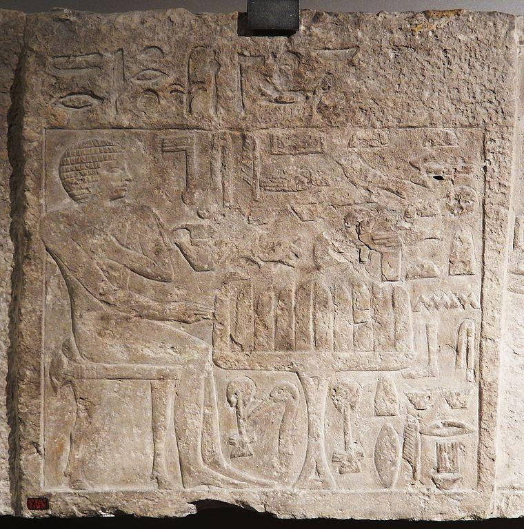 Một tấm bia đá trên ngôi mộ Itjer ở Giza có niên đại vào khoảng 2.500 năm TCN. Hình vẽ được khắc trên tấm bia này là cảnh người ngồi với những lát bánh mì đặt nằm dọc trên bàn. Ảnh: Ian Alexander.
