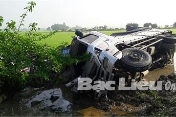 Bạc Liêu: Xe tải tông vào đuôi xe khách dừng bên đường, 8 người thương vong