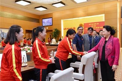 Chủ tịch Quốc hội động viên các cô gái vàng của bóng đá Việt Nam