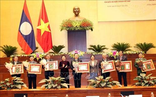 2 Phó Chủ tịch Quốc hội nhận huân chương của Nhà nước Lào