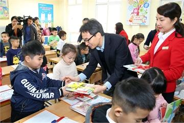 Phó Thủ tướng mừng tuổi sách cho các cháu học sinh