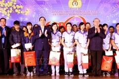 Thường trực Ban Bí thư tặng quà công nhân lao động