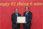 Thủ tướng Nguyễn Xuân Phúc trao huy hiệu cho đảng viên Văn phòng  Chính phủ