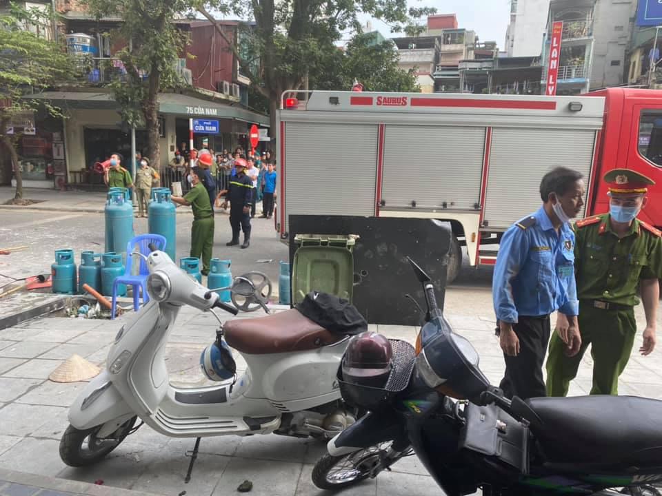 Hà Nội: Bảo vệ kể lại giây phút sức ép vụ nổ quán gà rán đẩy ngã được người dân kéo ra ngoài - Ảnh 4.