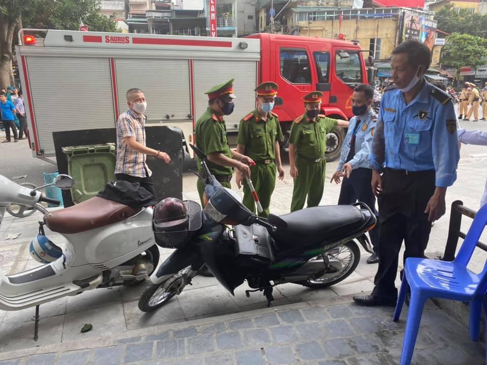 Hà Nội: Bảo vệ kể lại giây phút sức ép vụ nổ quán gà rán đẩy ngã được người dân kéo ra ngoài - Ảnh 10.