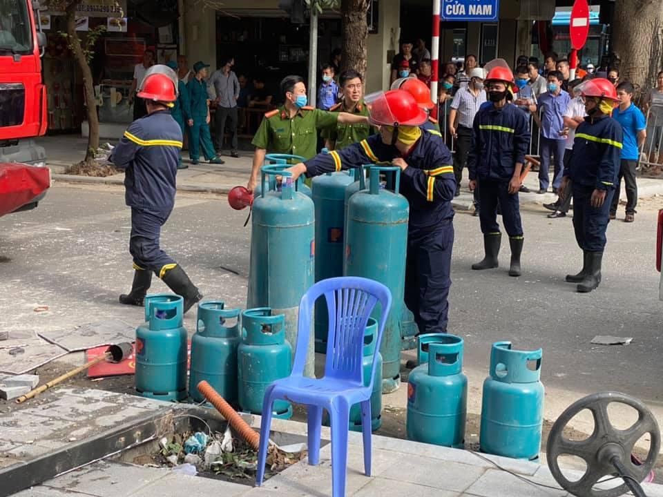 Hà Nội: Bảo vệ kể lại giây phút sức ép vụ nổ quán gà rán đẩy ngã được người dân kéo ra ngoài - Ảnh 9.
