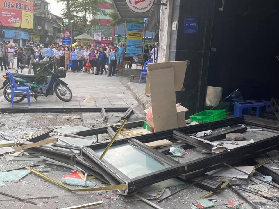 Hà Nội: Bảo vệ kể lại giây phút sức ép vụ nổ quán gà rán đẩy ngã được người dân kéo ra ngoài - Ảnh 8.