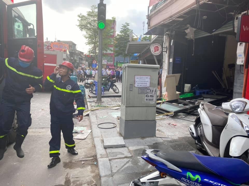 Hà Nội: Bảo vệ kể lại giây phút sức ép vụ nổ quán gà rán đẩy ngã được người dân kéo ra ngoài - Ảnh 2.