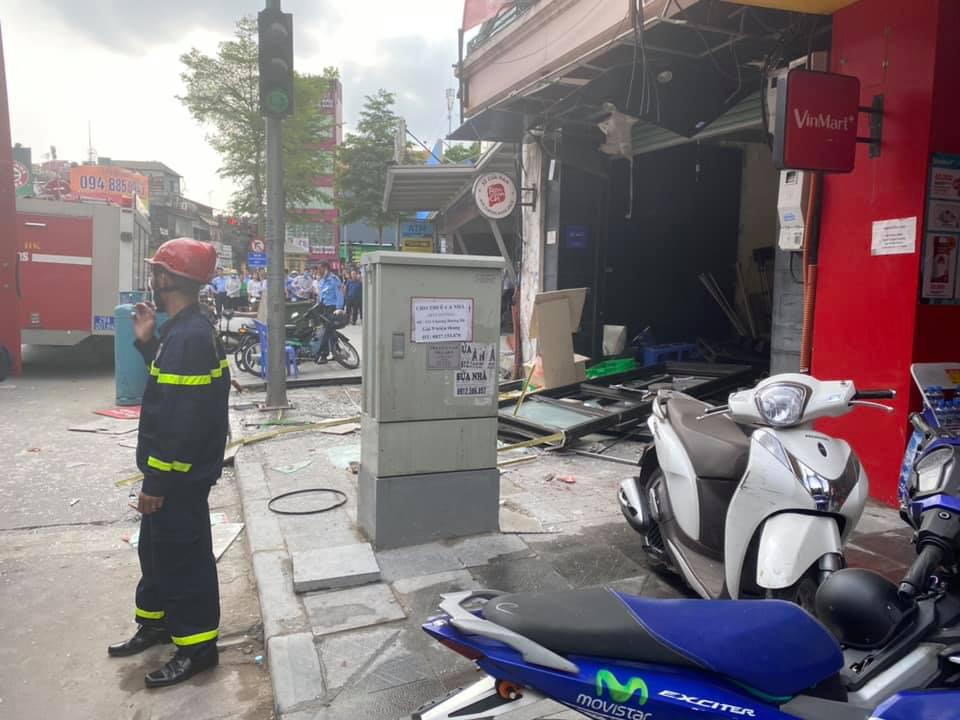 Hà Nội: Bảo vệ kể lại giây phút sức ép vụ nổ quán gà rán đẩy ngã được người dân kéo ra ngoài - Ảnh 6.