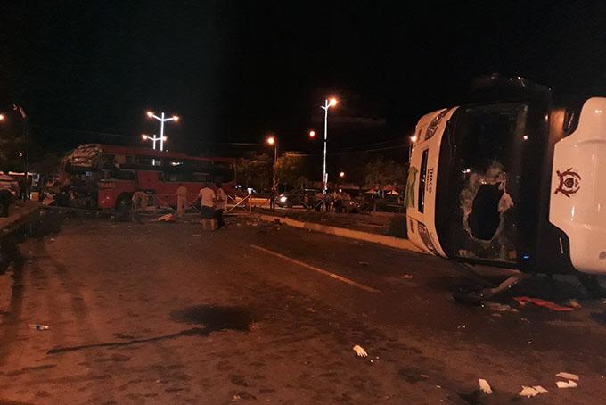 2 chiếc xe nằm chắn trên dãi phân cách.