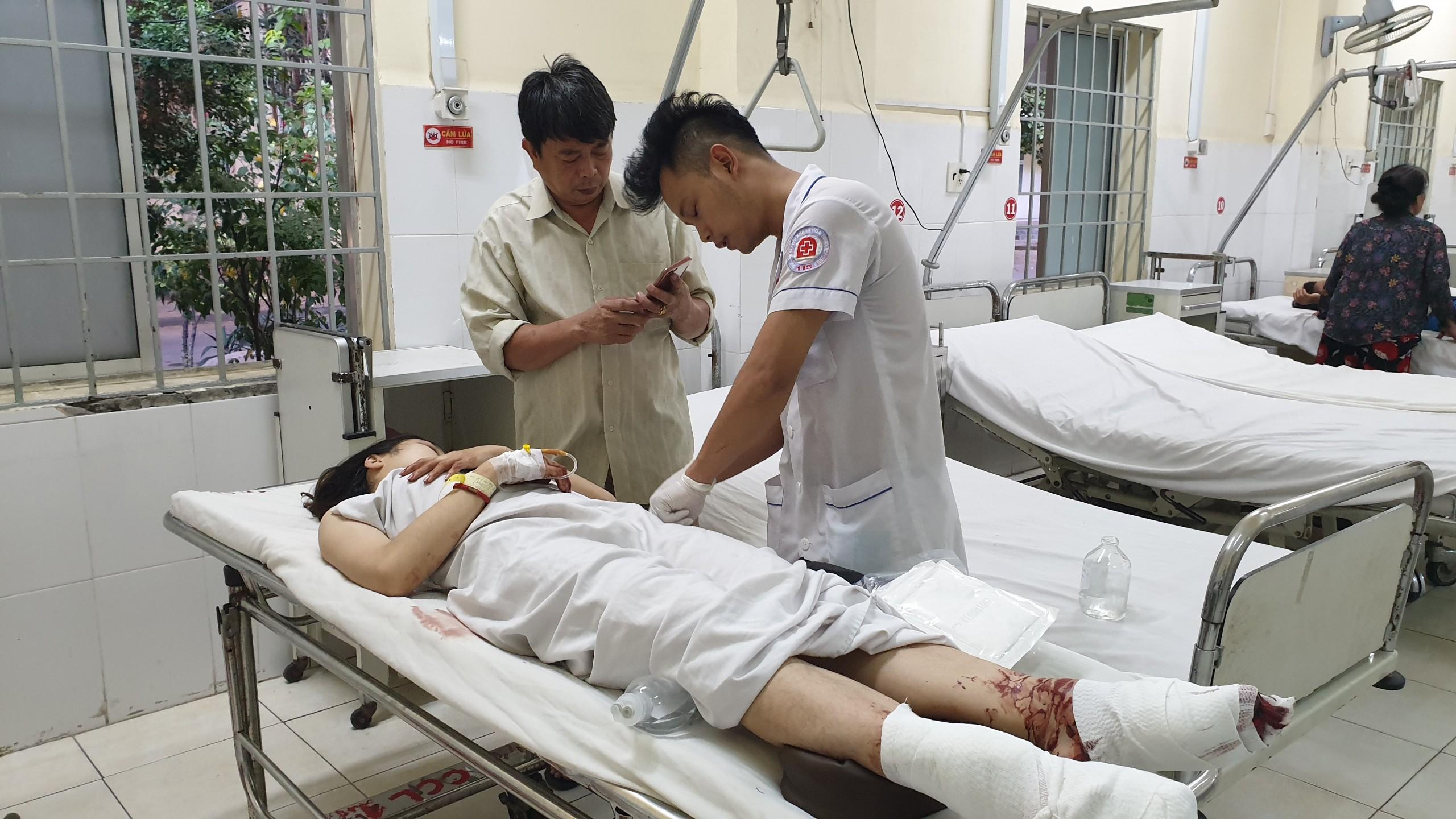 Các bác sĩ chăm sóc cho nạn nhân tại Bệnh viện đa khoa tỉnh Khánh Hòa
