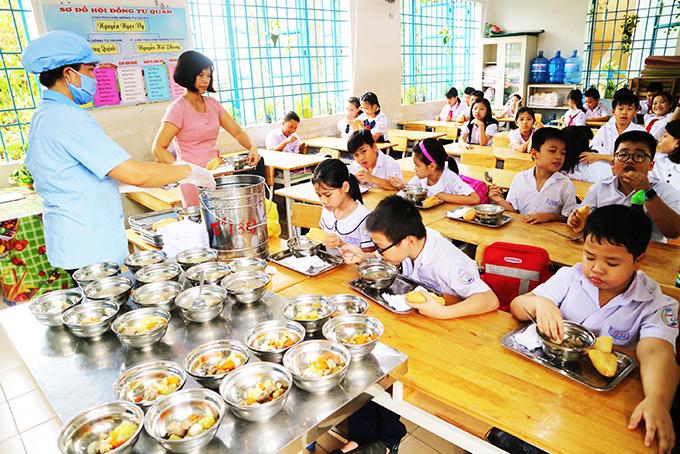 Bữa ăn bán trú của học sinh Trường Tiểu học Phước Long 1. (Ảnh chụp trưa 16-10)