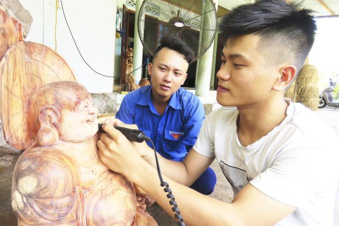 Anh Trí khởi nghiệp từ nghề điêu khắc gỗ.