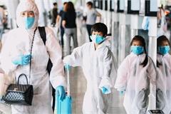 Cả gia đình mặc đồ bảo hộ kín mít tại sân bay Tân Sơn Nhất