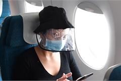 Mặc đồ bảo hộ, đội mũ chống giọt bắn trên máy bay