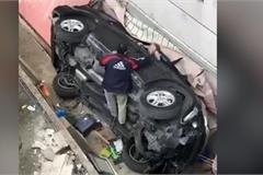 Ôtô rơi từ bãi đỗ xe trên cao ở Lebanon