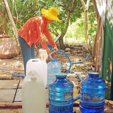 Người dân ở xã Đồng Phú (Long Hồ) được hỗ trợ nước sạch thông qua hệ thống lọc nước mặn thành nước ngọt.