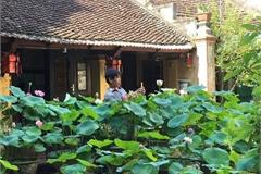 Nhà gỗ cổ 'độc nhất' Bắc Bộ, bao quanh sân là vườn sen thơm ngát