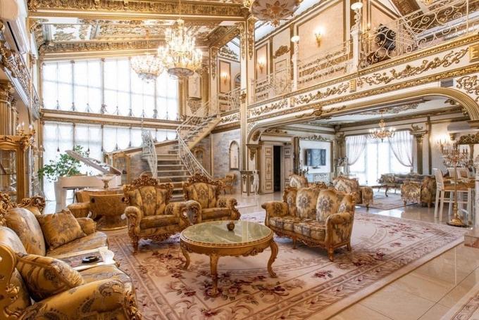 Bên ngoài tối giản, bên trong dát vàng: Kì lạ ngôi nhà nội thất trang hoàng như cung điện - Ảnh 2.