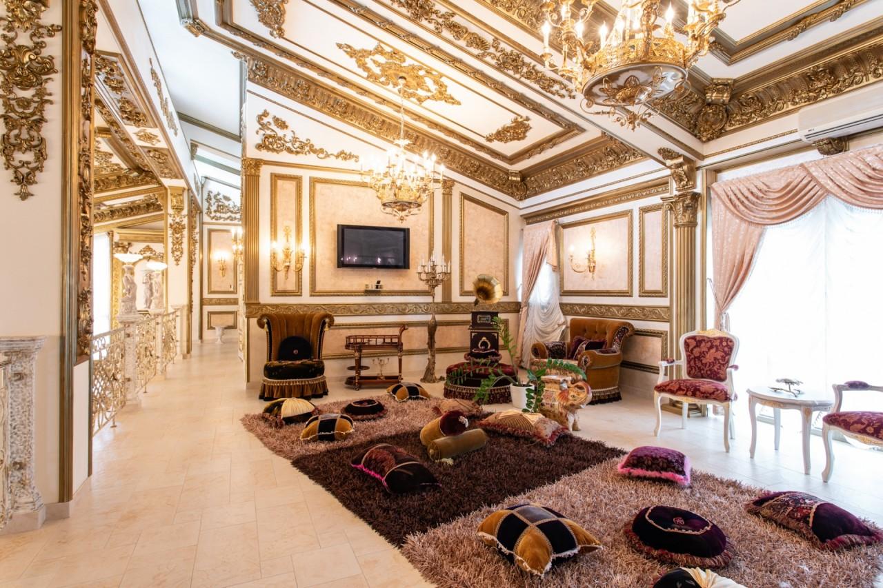 Bên ngoài tối giản, bên trong dát vàng: Kì lạ ngôi nhà nội thất trang hoàng như cung điện - Ảnh 3.