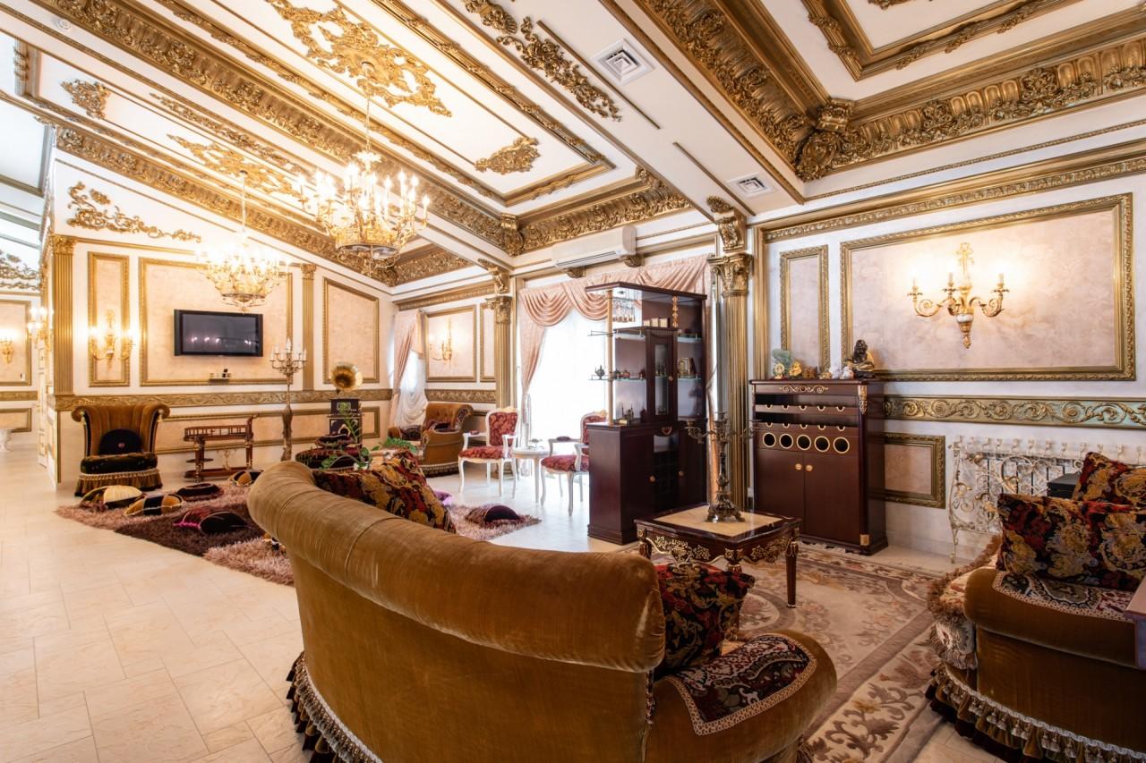 Bên ngoài tối giản, bên trong dát vàng: Kì lạ ngôi nhà nội thất trang hoàng như cung điện - Ảnh 5.