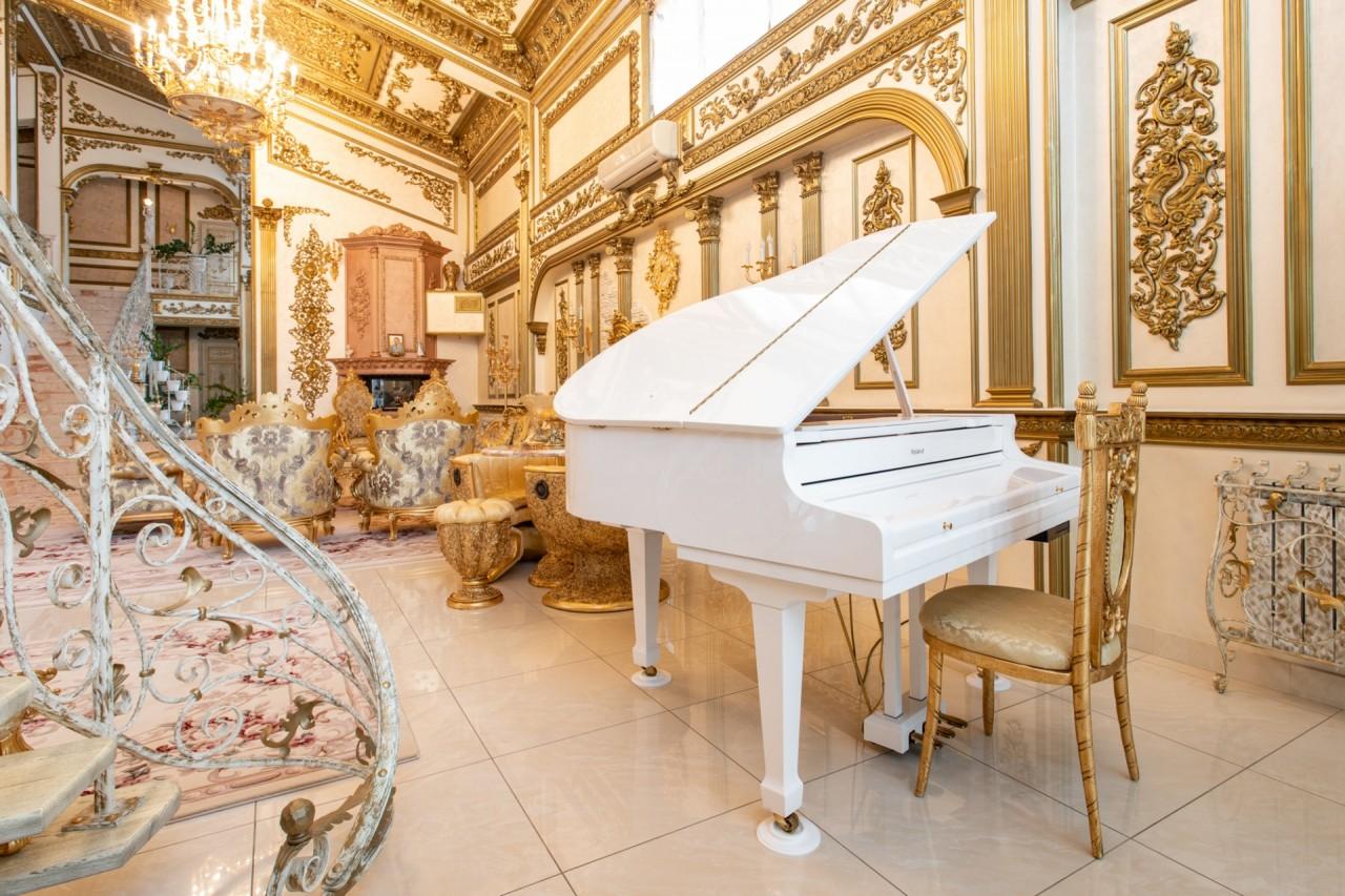 Bên ngoài tối giản, bên trong dát vàng: Kì lạ ngôi nhà nội thất trang hoàng như cung điện - Ảnh 8.