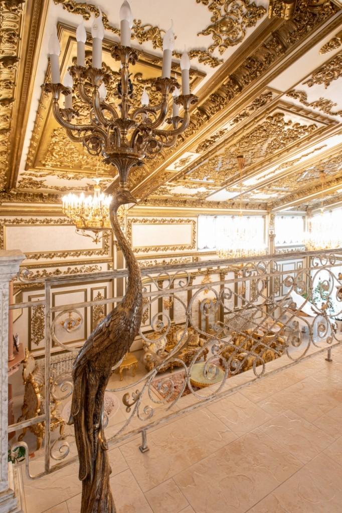 Bên ngoài tối giản, bên trong dát vàng: Kì lạ ngôi nhà nội thất trang hoàng như cung điện - Ảnh 9.