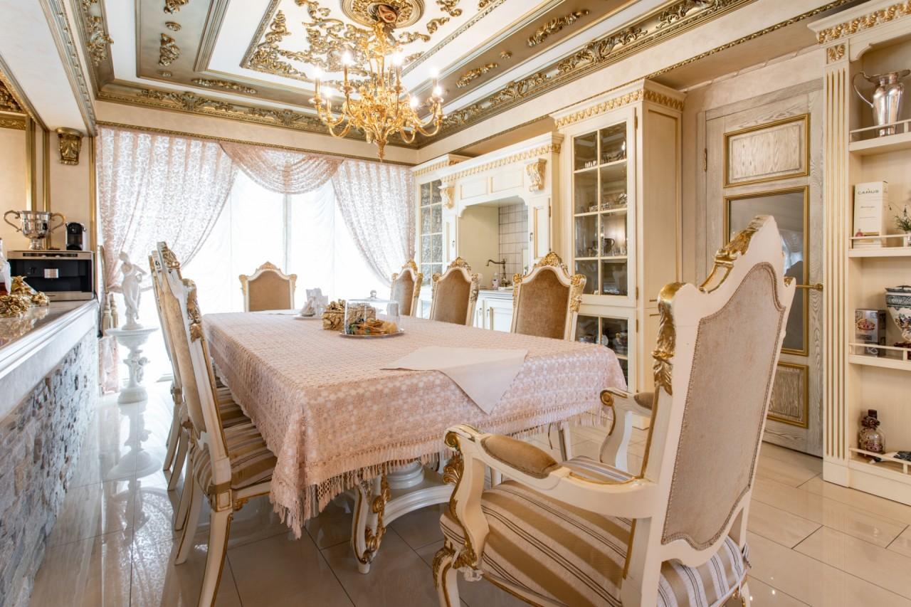 Bên ngoài tối giản, bên trong dát vàng: Kì lạ ngôi nhà nội thất trang hoàng như cung điện - Ảnh 10.