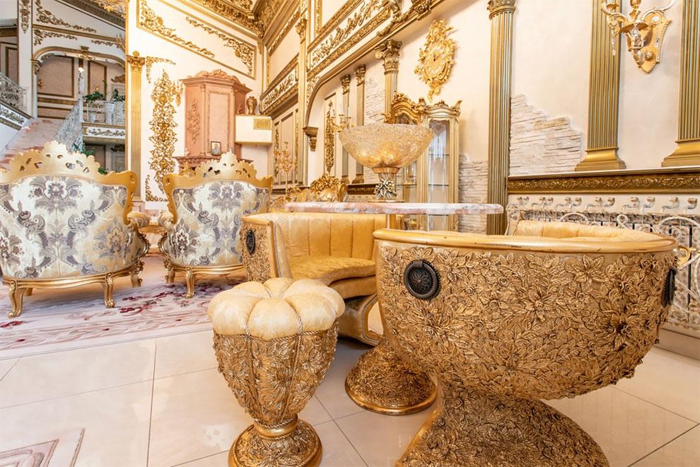 Bên ngoài tối giản, bên trong dát vàng: Kì lạ ngôi nhà nội thất trang hoàng như cung điện - Ảnh 4.