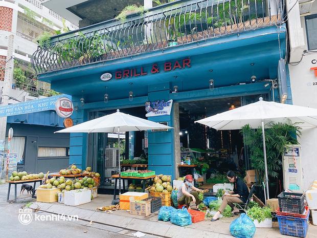 Chuyện khó tin ở Sài Gòn: Tụ điểm bar pub hot nhất nay đã trở thành chỗ bán rau? - Ảnh 1.