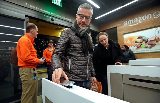 Amazon đối đầu với Apple với hệ thống thanh toán di động dùng trong các cửa hàng bán lẻ - Ảnh 1.
