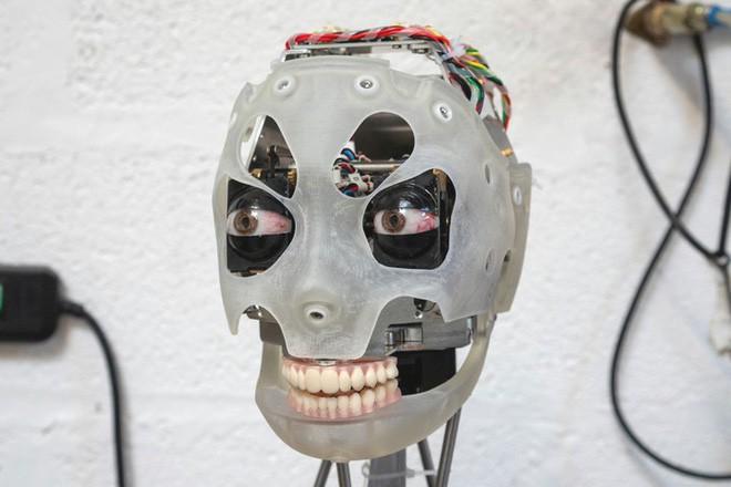 Gặp gỡ Ai-Da, robot kiêm nghệ sỹ AI đầu tiên trên thế giới có thể vẽ phác họa và trò chuyện như người - Ảnh 1.