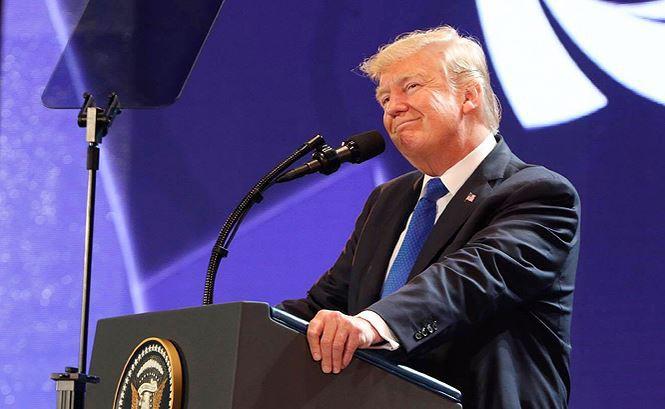 3 câu chuyện về Tổng thống Donald Trump và chiếc phông nền màu tím ở hội nghị thượng đỉnh Đà Nẵng - Ảnh 2.