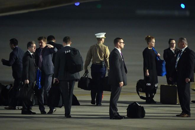 [ẢNH] Cận cảnh chiếc vali hạt nhân quyền lực - vật bất ly thân của Tổng thống Trump tại Hà Nội - Ảnh 2.