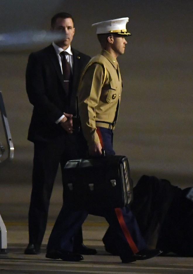 [ẢNH] Cận cảnh chiếc vali hạt nhân quyền lực - vật bất ly thân của Tổng thống Trump tại Hà Nội - Ảnh 3.