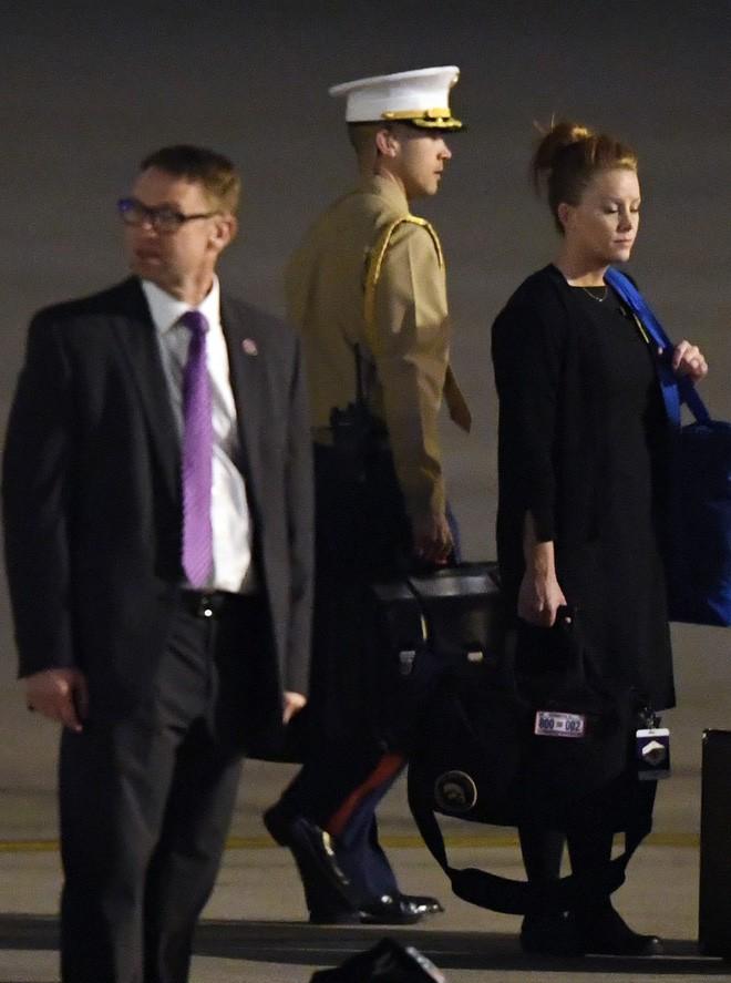 [ẢNH] Cận cảnh chiếc vali hạt nhân quyền lực - vật bất ly thân của Tổng thống Trump tại Hà Nội - Ảnh 4.