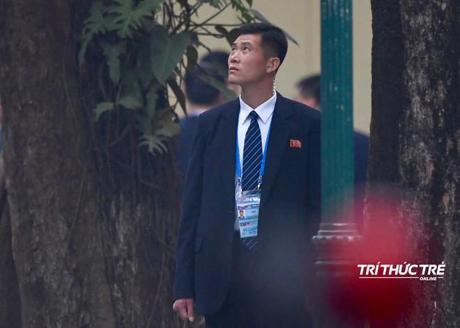 [ẢNH] Đội siêu cận vệ không cảm xúc đứng canh gác tại cửa rạp bí mật của ông Kim Jong Un - Ảnh 11.