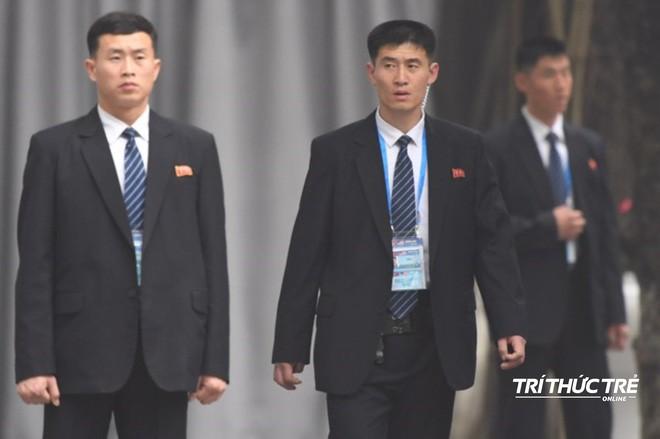 [ẢNH] Đội siêu cận vệ không cảm xúc đứng canh gác tại cửa rạp bí mật của ông Kim Jong Un - Ảnh 3.