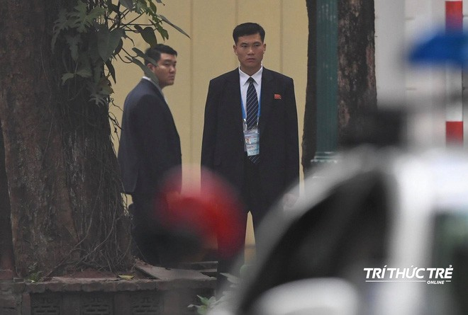 [ẢNH] Đội siêu cận vệ không cảm xúc đứng canh gác tại cửa rạp bí mật của ông Kim Jong Un - Ảnh 4.