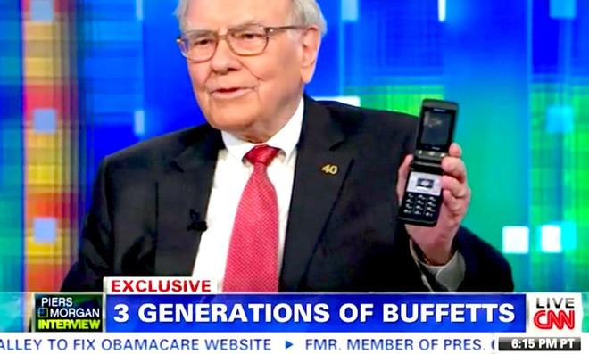 Sở hữu đến 45 tỷ USD cổ phiếu Apple, nhưng Warren Buffett lại đang dùng chiếc Samsung 20 USD thay vì iPhone - Ảnh 1.