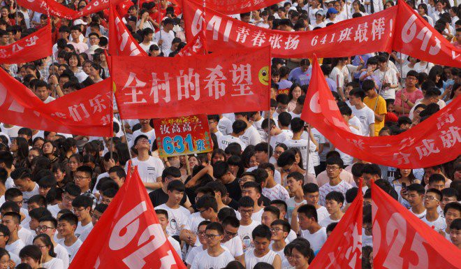 Mùa hè toát mồ hôi hột của học sinh Trung Quốc: Điểm cao mới được dùng điều hòa, nhà trường thậm chí còn mạnh tay cắt điện những lớp không đạt tiêu chuẩn? - Ảnh 2.