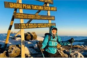 """Sếp Viettel trở thành nữ 9x Việt Nam đầu tiên chinh phục """"Nóc nhà của Châu Phi"""" Kilimanjaro: Leo 8 ngày liên tiếp, xuyên qua vùng nắng rát chóng mặt đến nơi -20 độ C"""