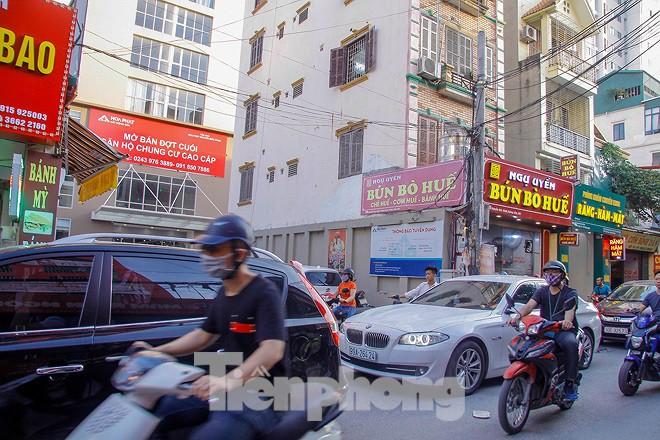 Dân Thủ đô kêu trời vì loạt cao ốc đu bám hai bên tuyến phố chỉ rộng gần 10m - Ảnh 5.