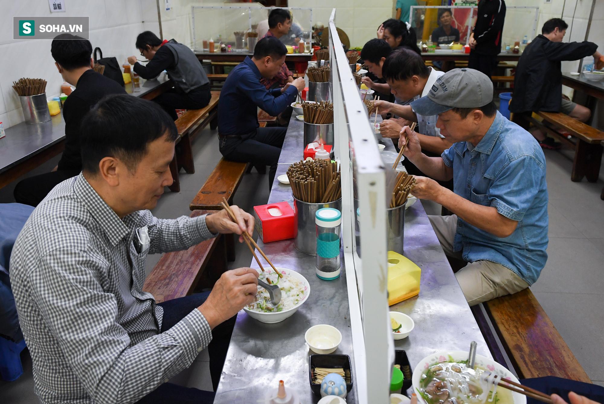 Chủ tịch hội đồng quản trị, tổng giám đốc đi từ Bắc Ninh ra Hà Nội ăn phở cho đã cơn thèm rồi lại đi về - Ảnh 5.