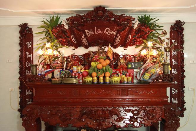 Choáng với ngôi nhà dùng toàn gỗ hương quý hiếm, riêng bộ bàn ghế gỗ Rồng Khay Tứ Linh tốn 800 triệu - Ảnh 12.