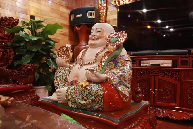 Choáng với ngôi nhà dùng toàn gỗ hương quý hiếm, riêng bộ bàn ghế gỗ Rồng Khay Tứ Linh tốn 800 triệu - Ảnh 7.