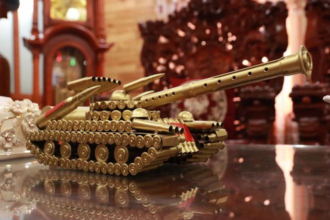 Choáng với ngôi nhà dùng toàn gỗ hương quý hiếm, riêng bộ bàn ghế gỗ Rồng Khay Tứ Linh tốn 800 triệu - Ảnh 9.
