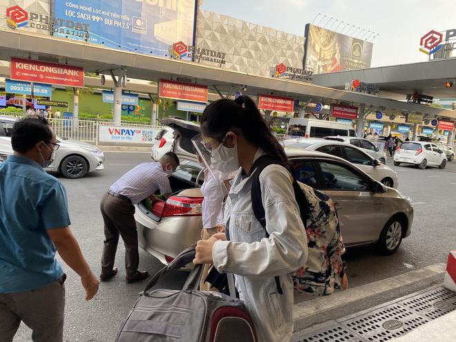 Hành khách xếp hàng dài ở sân bay Tân Sơn Nhất để đổi trả vé Tết vì dịch Covid-19 - Ảnh 7.